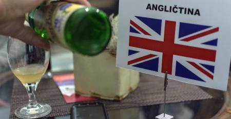Angličtina a vlajka Veľkej Británie na stole