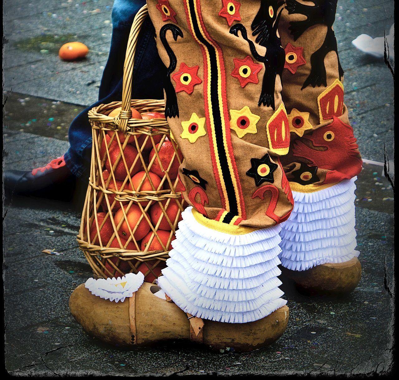 Topánky a košík s jablkami