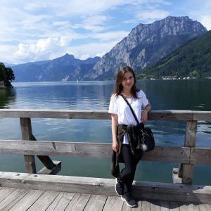 Lektorka Mária pri jazere s horským pozadím
