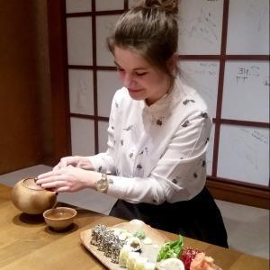 Lektorka Mária pri sushi