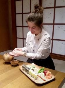 Lektorka Mária pri príprave sushi