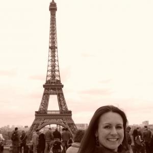 Lektorka v Paríži s Eiffelovkou
