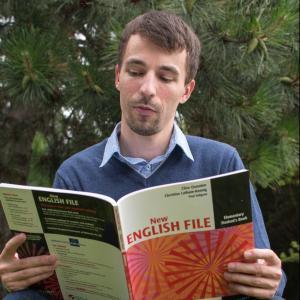 Učiteľ angličtiny Lukáš s knihou English File