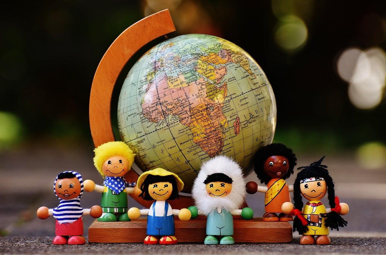 Rôzne národnosti s glóbusom panáčikovia