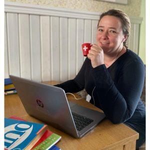 Lektorka francúzštiny Elena s kávičkou a laptopom