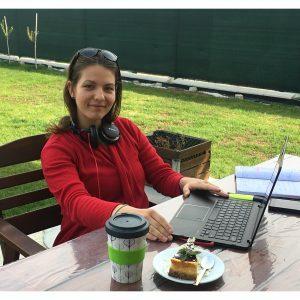 Lektorka španielčiny na záhrade za notebookom