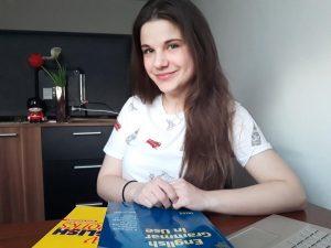 Portrét lektorky angličtiny s knihami