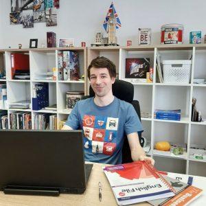 Lektor angličtiny Lukáš v Language Siesta s laptopom