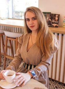 Lektorka Nikol s kávou